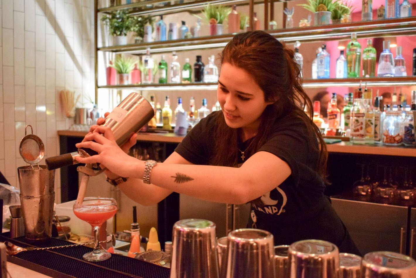 girl-bar-tender
